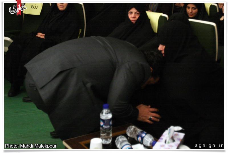 بوسه حاج محمود کریمی بر دستان مادر